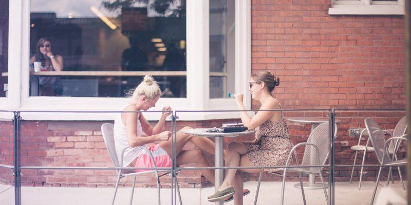 Dos chicas hablando con buenas habilidades sociales