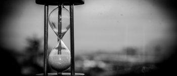 Reloj de arena en blanco y negro representando el tiempo.